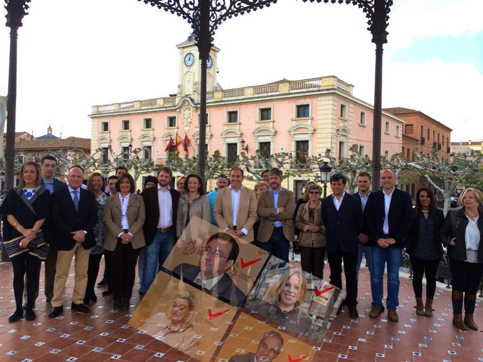 Posado de la candidatura del PP desde el kiosco de la plaza, cedido para la ocasión por el alcalde